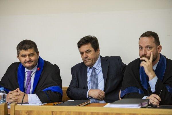 Na snímke Marian Kočner (uprostred), advokát Michal Mandzák (vľavo) a advokát Marek Para.