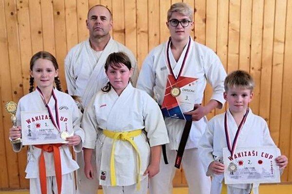 Vpredu (zľava): Ingrid Marková, Miriam Wenderlová, Leo Cápay. Vzadu (zľava): tréner Michal Rusnák, Daniel Schlosser.