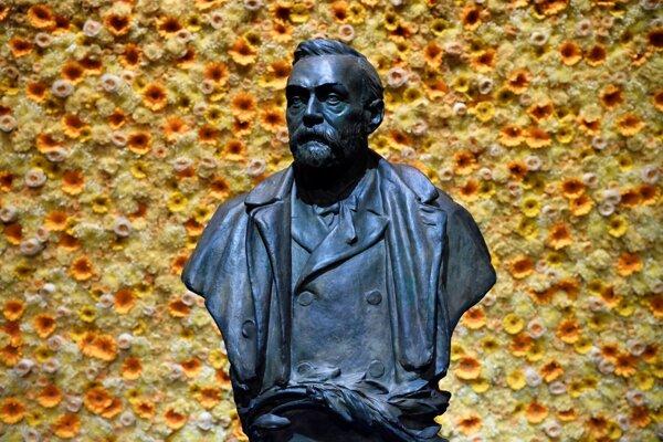 Na archívnej snímke z 10. decembra 2018 je socha Alfreda Nobela v Štokholme.