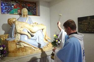 Kňaz Ján Budzák vysväcuje sochu.
