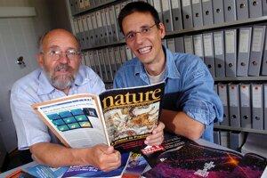 Švajčiarski astronómovia Micehl Mayor (vľavo) a Didier Queloz na fotke z roku 2005.