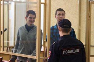 Vlad Mordašov a Jan Sidorov pred súdom v Rostove za protestnú akciu.