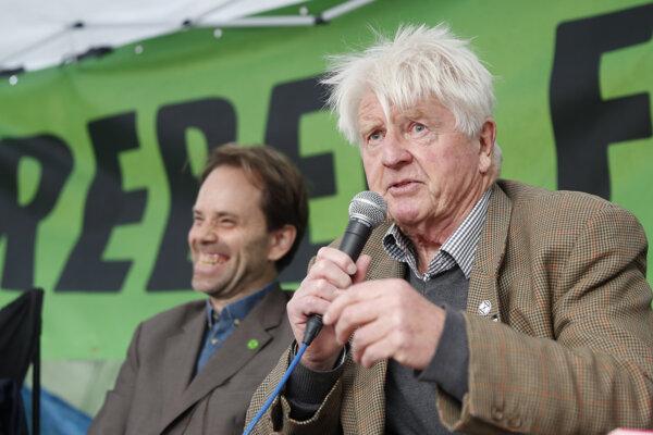 Stanley Johnson vpravo, otec britského premiéra Borisa Johnsona.