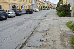 Ulicu chce mesto opraviť od roku 2004.