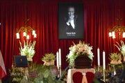 Na snímke rakva s pozostatkami českého a československého speváka Karla Gotta je vystavená počas verejnej rozlúčky v Paláci Žofín na Slovanskom ostrove v Prahe.
