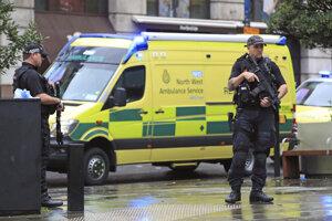 Útočník pobodal v Manchestri štyroch ľudí.