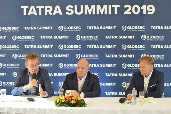 Zľava: Predseda rozpočtového výboru Európskeho parlamentu Johan van Overtveldt, štátny tajomník maďarského ministerstva financií Gábor Gion a podpredseda Európskej investičnej banky (EIB) Vazil Hudák.