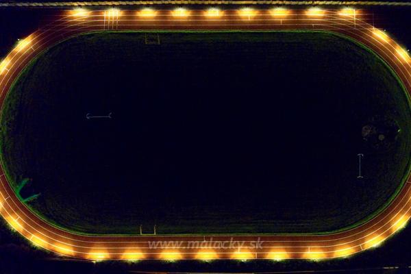 Osvetlená atletická dráha v Malackách