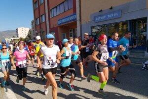 ženské bežkyne tesne po štarte preteku.