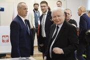 Líder strany PiS Jaroslaw Kaczynski odovzdáva svoj hlas.