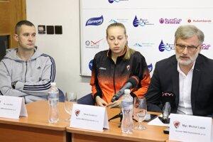Zľava Juraj Suja – tréner, Nikola Dudášová, Michal Lazár – konateľ klubu MBK Ružomberok.