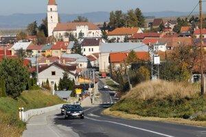 Výjazd z obce Vrbov, v smere do Vlkovej. Cesta je tu úzka, obec vybudovala pre bezpečnosť chodníky.