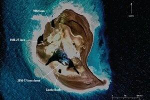 Ostrov Bogoslof a vyznačené časti, ktoré vznikli pri rôznych erupciách ponorenej sopky.