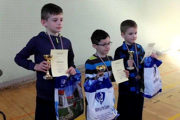 Víťazi F1N mladší žiaci (zľava): druhý Tomáš Bučko z Piešťan, víťaz kategórie Paťo Klobušický a tretí Matej Matúš (obaja Tr. Turná).