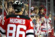 Jack Hughes v drese New Jersey Devils.