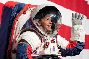 Biely oblek využíjú astronauti pri výstupe na povrch Mesiaca. Má niekoľko upravených častí, ktoré zlepšujú bezpečnosť aj pohyblivosť astronautov.