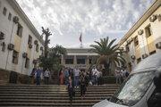 Právnici a príbuzní novinárky odchádzajú z budovy súdu.
