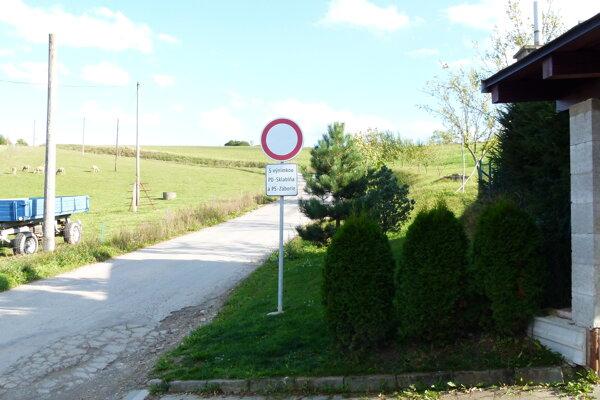 Túto dopravnú značku na konci Záboria málokto rešpektuje.