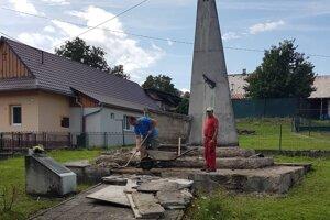 Obec začala s likvidáciou pomníka.