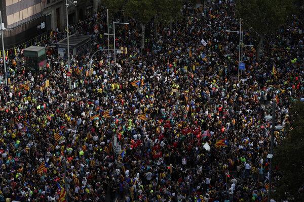 Demonštranti mávajú španielskymi národnými zástavami už piaty deň počas masovej demonštrácie v katalánskej metropole Barcelona 18. októbra 2019.