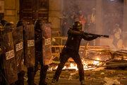 Polícia použila proti demonštrantom aj gumové projektily.