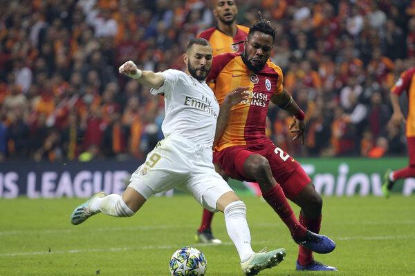Karin Benzema (vľavo) počas zápasu Ligy majstrov proti Galatasarayu.