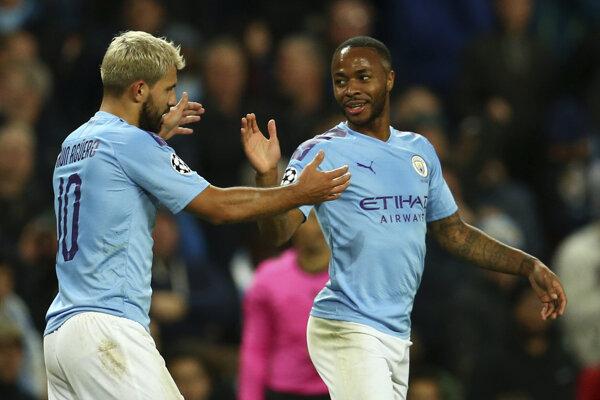 Hráči Manchestru City Raheem Sterling (vpravo) a Sergio Agüero.