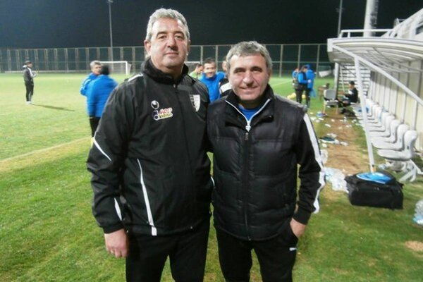 Peter Gergely (vľavo) s trénerom Constanty s rumunským futbalistom storočia Gheorgeom Hagim.