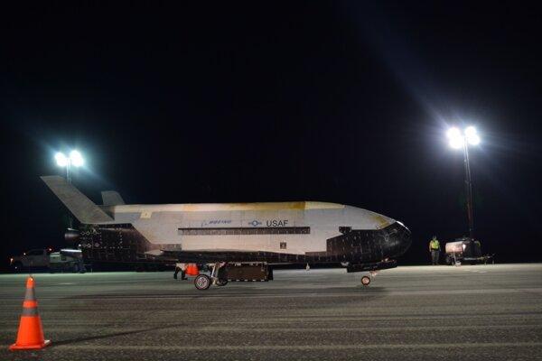 Bezpilotný raketoplán X-37B ukončil svoju piatu a najdlhšiu misiu.