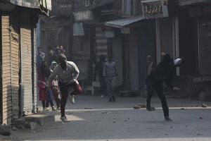 Protiindickí demonštranti hádzali do policajtov kamene.