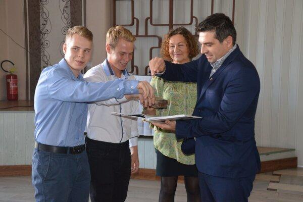 Príznačne - materinou dúškou knihu pokrstili primátor Tomáš Abel a pravnuci J. Berčíkovej.