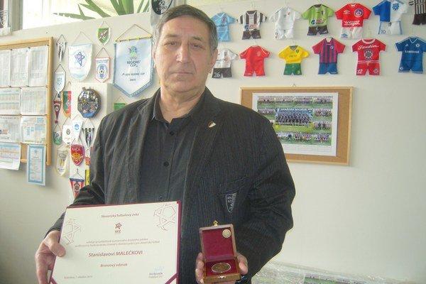 Stanislav Malečka s diplomom a bronzovým odznakom.