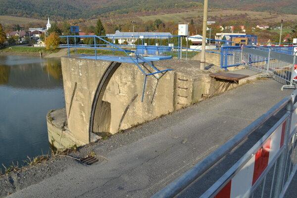 Poškodený most.