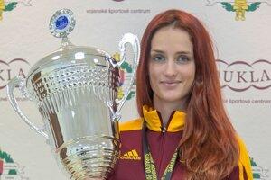 Slovenská reprezentantka v kickboxe Monika Chochlíková s medailou a víťaznou trofejou z 22. majstrovstiev sveta WAKO.