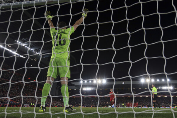 Braankár Arsenalu Emiliano Martinez čelí pokutovému kopu Curtisa Jonesa.
