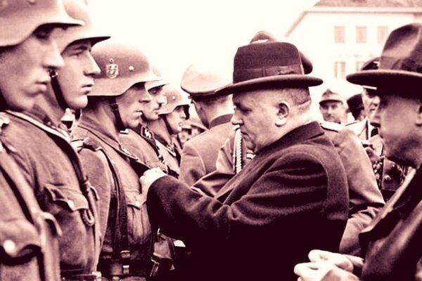Prezident Tiso vyznamenáva na Námestí SNP vojakov po potlačení Povstania. Krátko po tom, ako im pripol metále, odišli vraždiť.