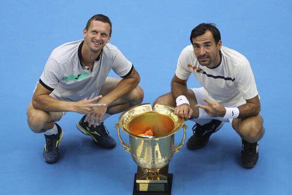 Filip Polášek s Ivanom Dodigom s trofejou za víťazstvo na turnaji v Pekingu.