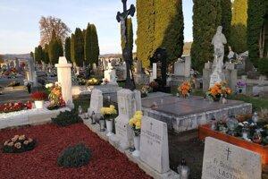 Hroby rehoľných bratov na podhradskom cintoríne.