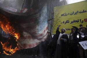 Demonštranti pred budovou bývalého veľvyslanectva USA v Teheráne.