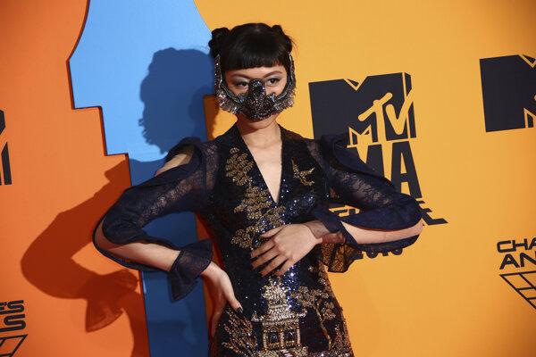 Singapurská speváčka Jasmine Sokko počas príchodu na udeľovanie ocenení MTV Europe Music Awards (EMA) v španielskej Seville 3. novembra 2019.