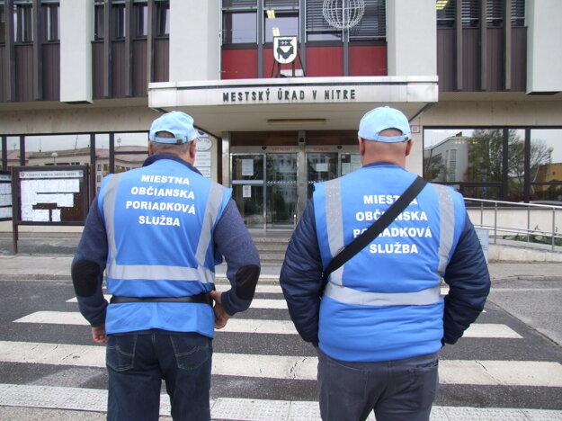 Členovia občianskej hliadky majú vesty a šiltačky, na zimu im šijú rovnošatu.