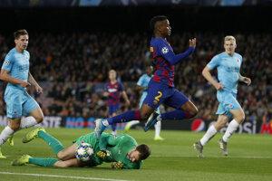 Ondřej Kolář (dole) a jeho zákrok proti Nelsonovi Semedovi v zápase Ligy majstrov 2019/2020 FC Barcelona - Slavia Praha.