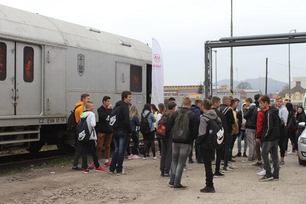 Vlak si pozreli žiaci zo stredných a základných škôl.