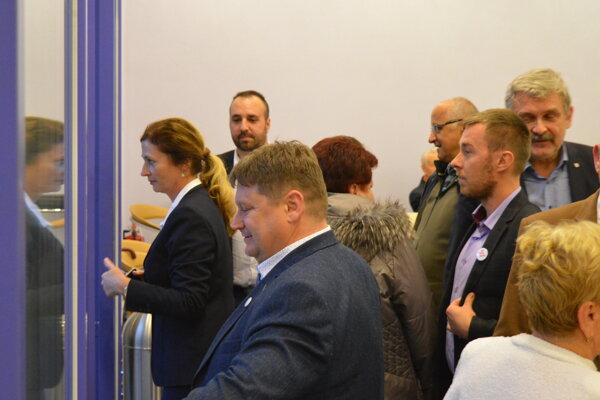 Primátorka, šéfovia poslaneckých klubov a predseda petičiarov mali spoločnú poradu pred hlasovaním.