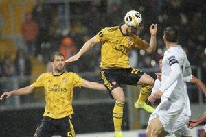 Shkodran Mustafi streiľa gól Arsenalu v Guimaresi.