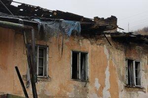 Poškodená strecha bytovky.