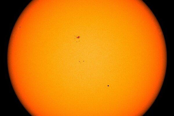 Prechod Merkúru pred Slnkom v máji 2016. Planéta sa nachádza vpravo dolu od stredu hviezdy.