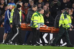 Zdravotníci odnášajú zraneného hráča Slovana Kenana Barjiča.