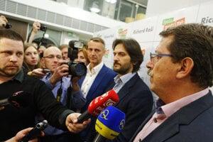 Richard Raši, minister vnútra SR Robert Kaliňák a predseda parlamentu Pavol Paška počas komunálnych volieb 2014.