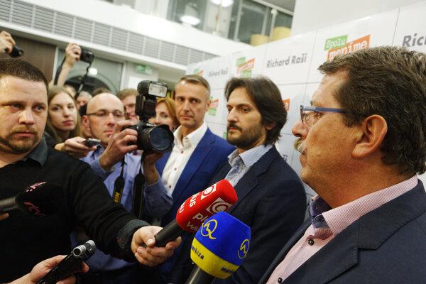 Na odchod Pavla Pašku dohliadal v novembri 2014 Robert Kaliňák.